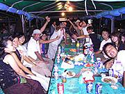 ビーチパーティーで盛り上がっています